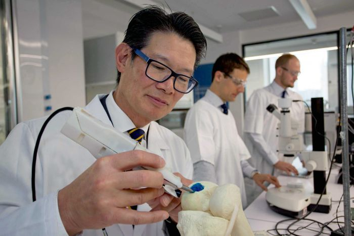Professor Choong shows the 3D cell printing pen in operation