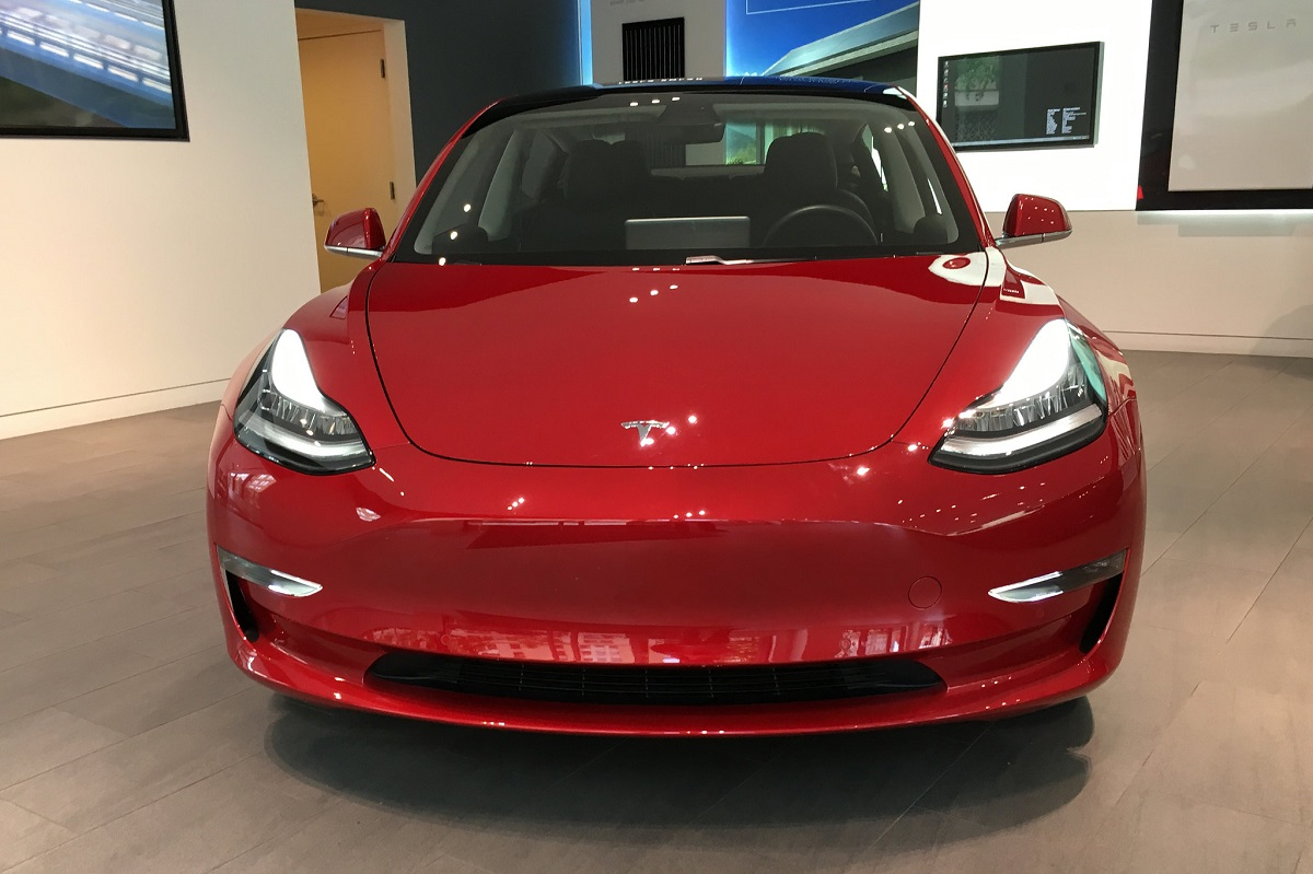Tesla's Onboard Computer Dazzles Competition