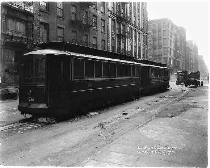 In New York, Anderson observed a trolley car driver struggling to keep the windscreen clear in bad weather.